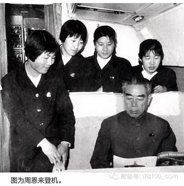 82年乘机老照片:乘客免费喝茅台9.webp